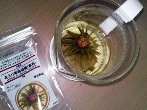 無印良品の花入り茉莉仙桃を飲んでみた。 ジャスミン茶を飲むと今でも銀座アスターでバイトしてた頃が蘇ってくる(^_^)